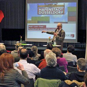 Hafenstadt Düsseldorf - Markus Raub begrüßt das Publikum